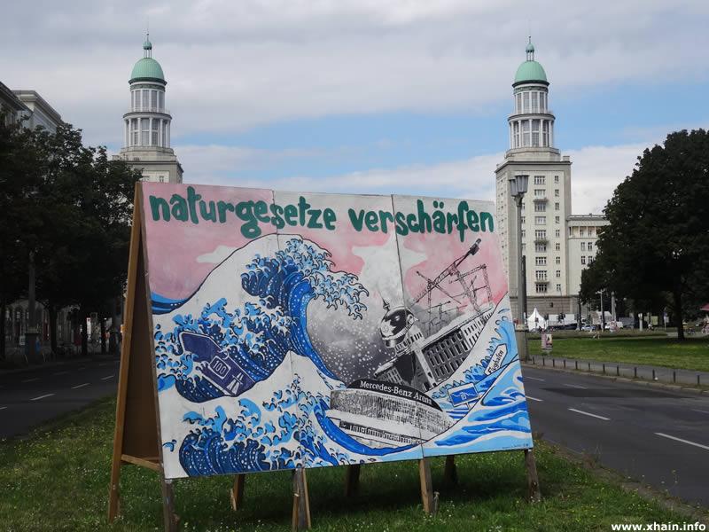 """""""Naturgesetze verschärfen"""": Wahlwerbung der Bergpartei, die """"ÜberPartei"""" auf der Frankfurter Allee, nähe Frankfurter Tor."""