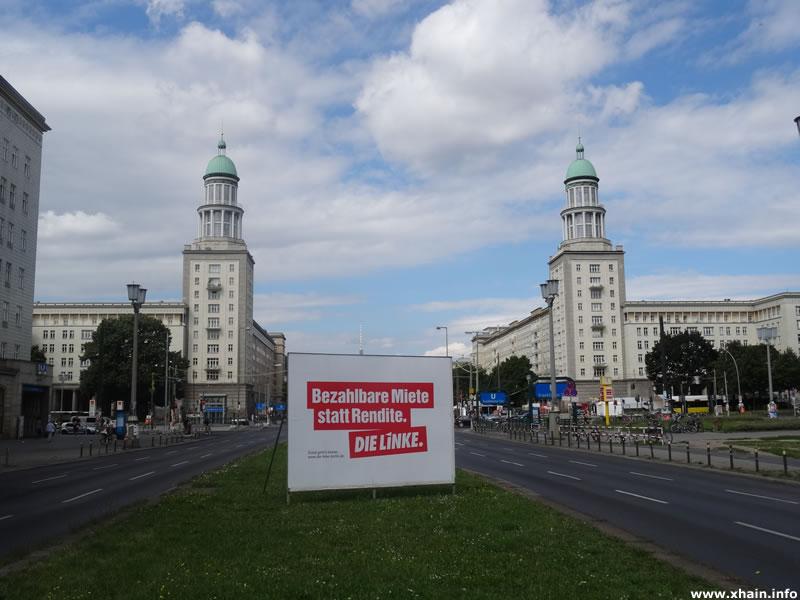 """""""Bezahlbare Miete statt Rendite"""": Wahlwerbung der Partei DIE LINKE auf der Frankfurter Allee, nähe Frankfurter Tor."""