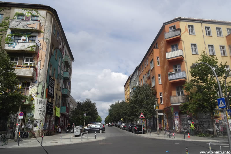 Liebigstraße Ecke Rigaer Straße (Dorfplatz)