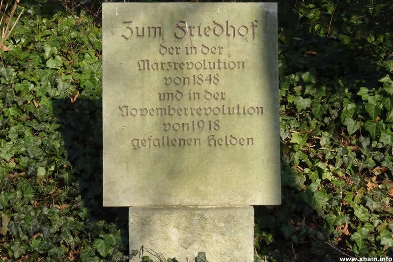 Gedenkstein am Friedhof der Märzgefallenen am Ernst-Zinna-Weg