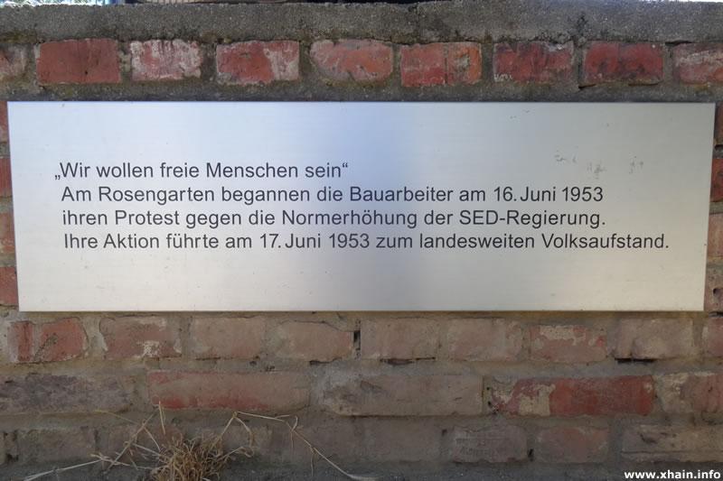 Gedenktafel im Rosengarten an der Karl-Marx-Allee