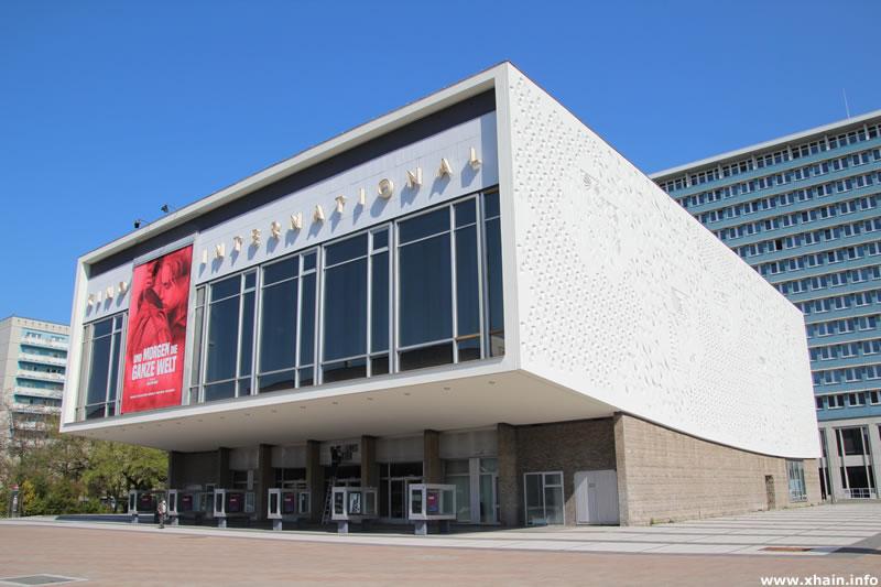 Kino International (Rechts im Hintergrund das Rathaus Mitte)