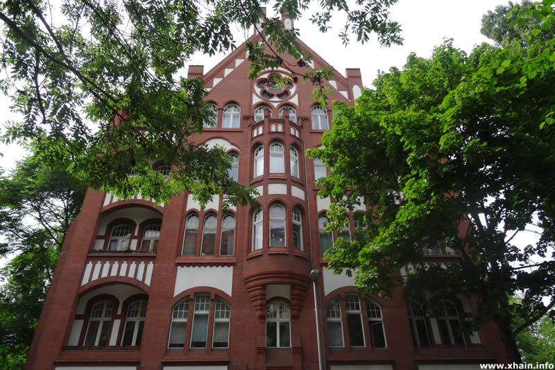 Wohn- und Geschäftshaus Kadiner Straße 11