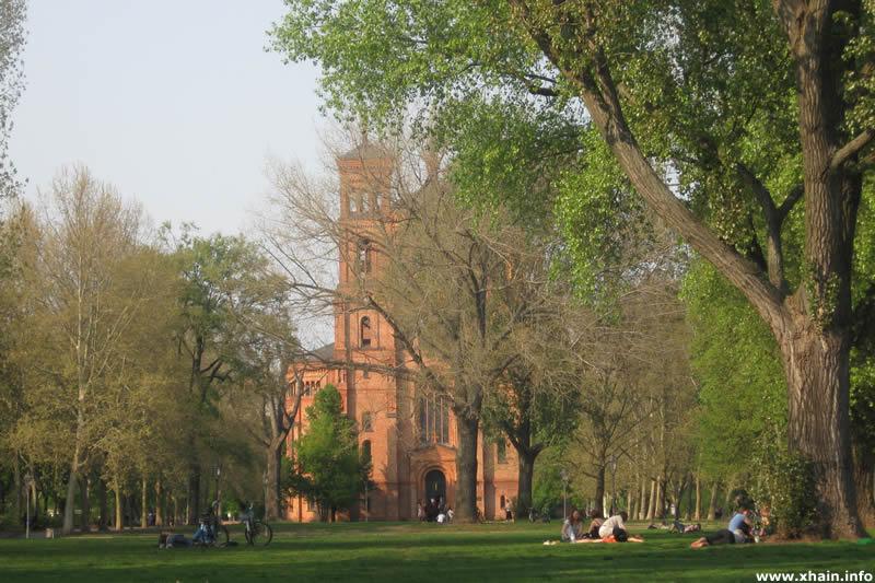 Marianneplatz mit Blick auf die St.-Thomas-Kirche.