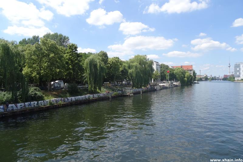 May-Ayim-Ufer an der Spree, Blickrichtung Fernsehturm