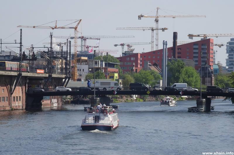 Michaelbrücke aus Richtung Jannowitzbrücke - Kranballett über Friedrichshain