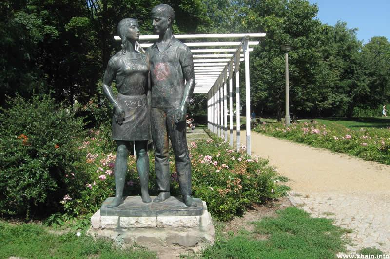Skulptur Junges Paar von Erwin Damerow (Forckenbeckplatz)