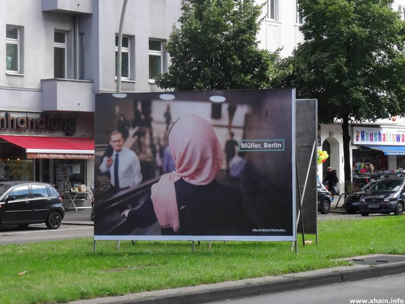 Politischer Islam: Die SPD wirbt auf der Frankfurter Allee mit einer Frau mit Kopftuch für Toleranz - und für Michael Müller