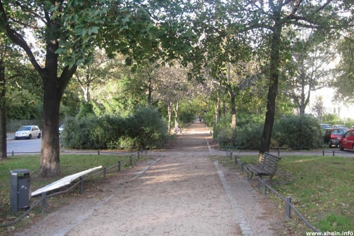 Begrünter Mittelstreifen auf der Fontanepromenade