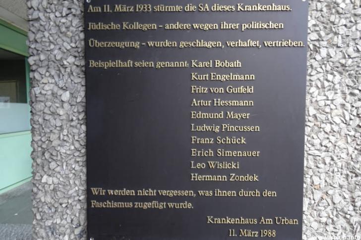 Gedenktafel am Urbankrankenhaus