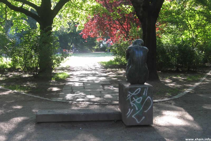 """Skulptur """"Sitzende"""" auf dem Traveplatz"""
