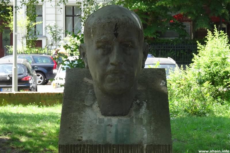 Gedenkstele mit der Büste von Wilhelm Leuschner