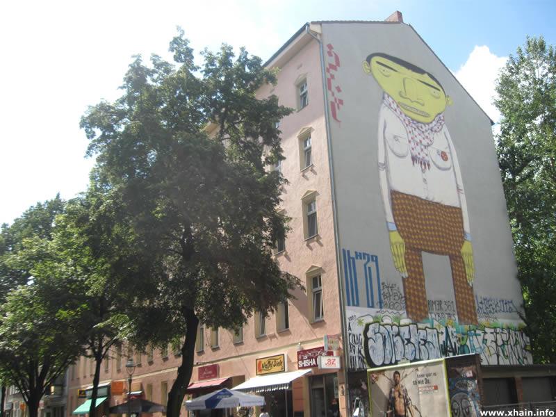 """Mural """"Yellow Man"""" von Os Gemeos in der Oppelner Straße"""